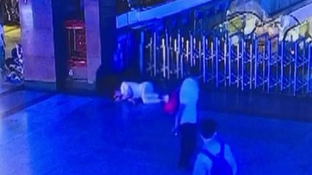 北京站遇熟睡旅客 女子起贪心顺走背包
