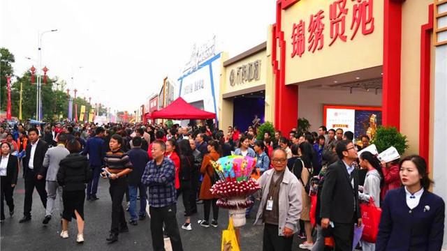 2019衡阳房交会第二日,众多市民冒雨逛展会