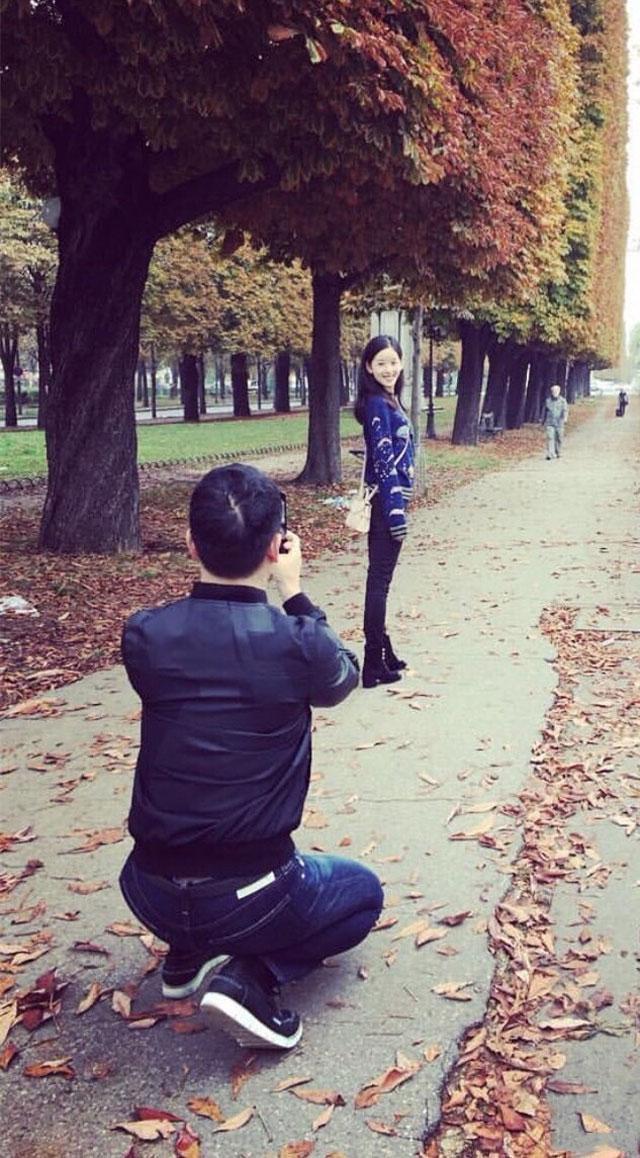 刘强东不顾总裁形象蹲地为爱妻拍照