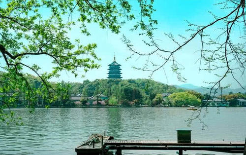 而西湖景区成为中国第一个不收门票的5a级风景区,景区免门票十年,不亏