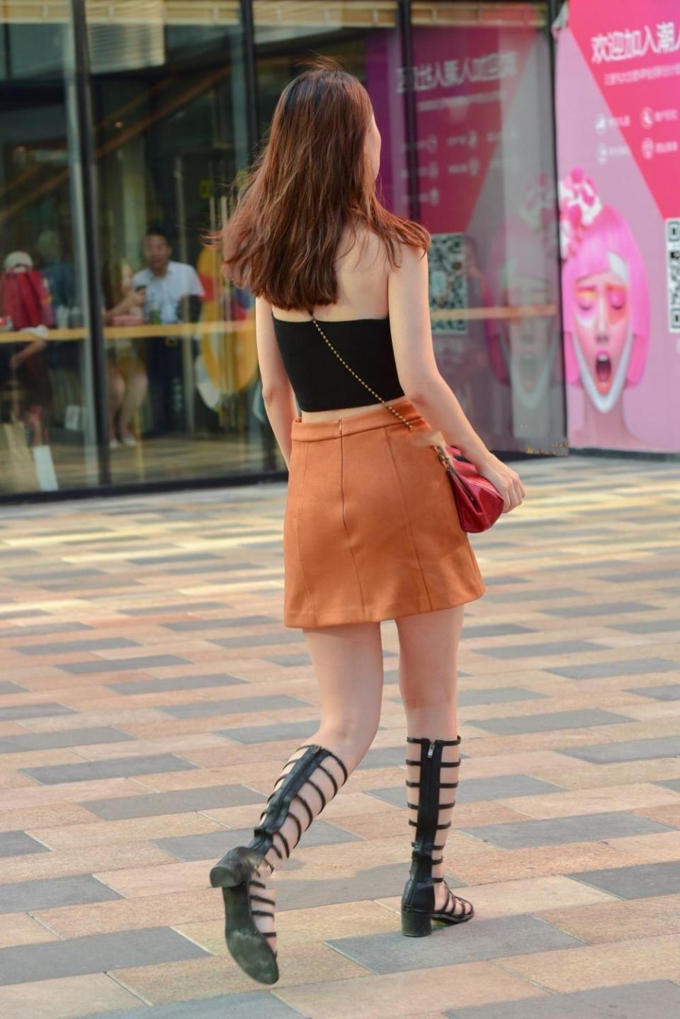 路人街拍,黑色露脐上衣配a字裙,衬托出少女清秀的气质