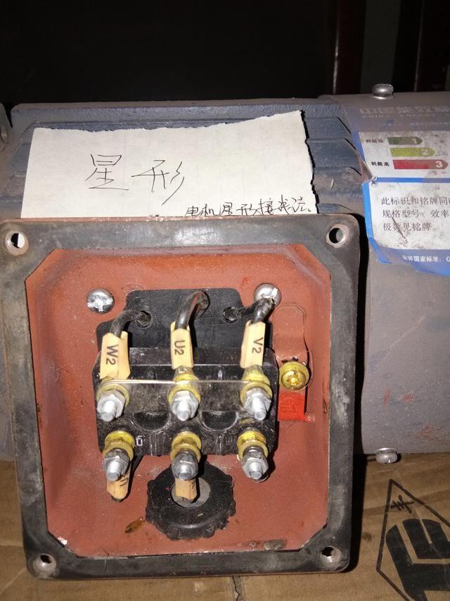 电动机绕组的三角形接线法是:电动机三相绕组的六个抽头,三相分三
