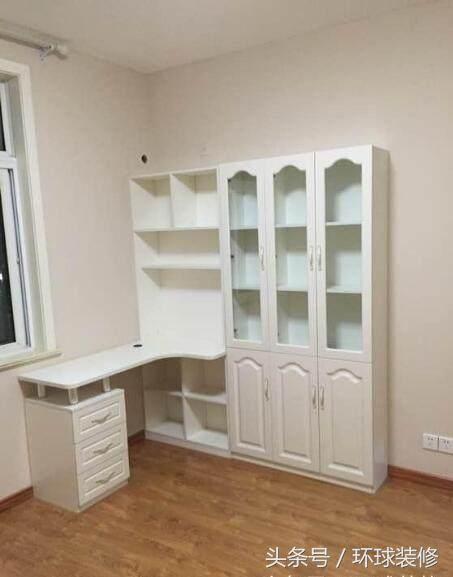 另一个房间就是次卧儿童房,布置了连体的书桌书柜,墙面刷上暖色墙漆图片