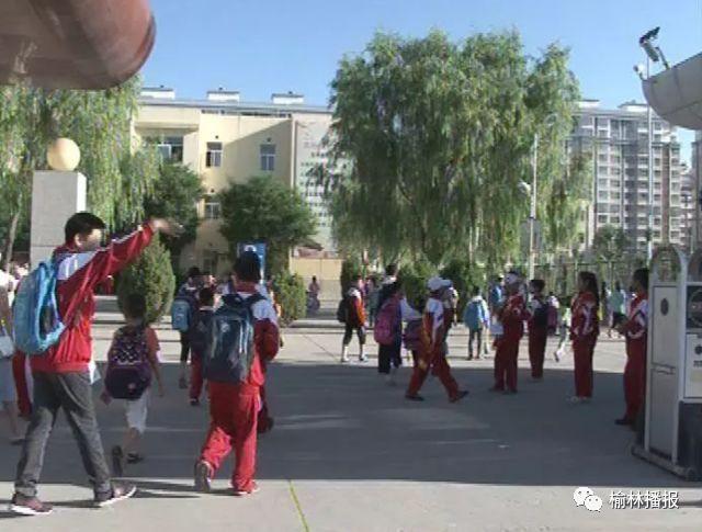 夏天小学生依旧穿秋季教材发现教育局:上学其体育小学校服目录图片