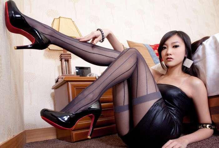 美女穿上这美女,包臀皮裙下全是性感的大长腿丝袜犯贱图图片