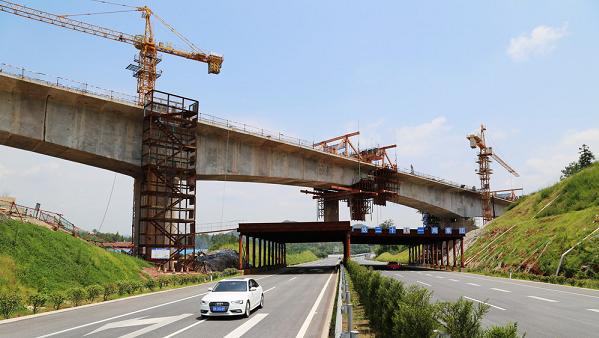 该桥是复杂型桥梁,设计桩基431根,45跨46高墩墩台;上跨石芫河为144米