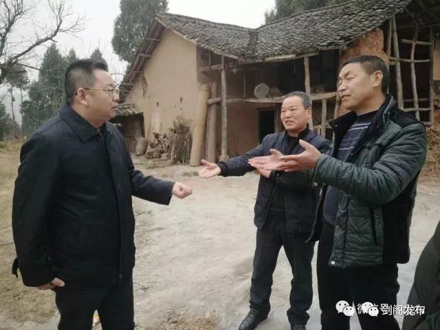 剑阁时政向永东深入鹤龄镇调研亭子口库区移民工作