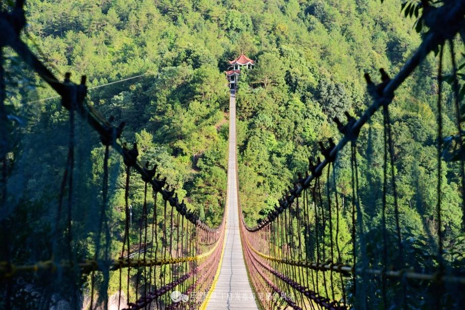 白鹤山庄钢索桥平面拉力530吨,承压力180吨,桥身自重46吨,正常气候