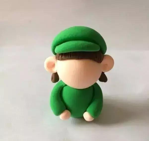 绿色粘土制作出帽子,粘在女孩头上