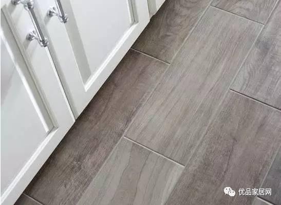 木地板搭配浅亮灰显得更自然,也可根据木地板的颜色来搭配