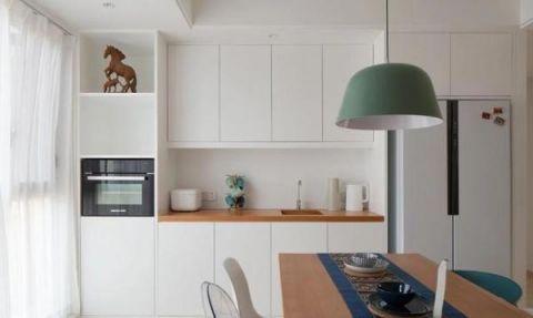 冰箱和烤箱都放在西厨区,嵌入式餐边柜兼具了茶水台功能.