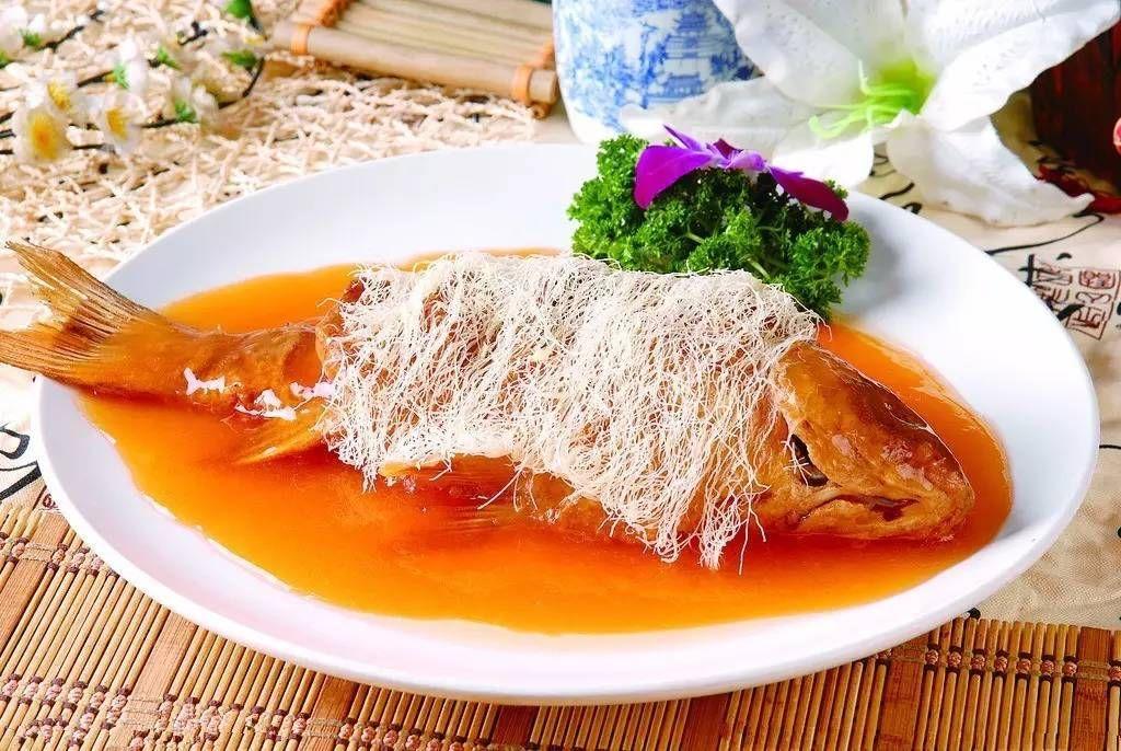 它是由 糖醋熘鱼 和 焙面 两道名菜配制而成.