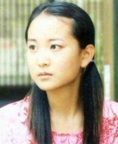 但是万万没想到,在网友看到了贾玲的18岁照片之后纷纷评论说,前面两位图片