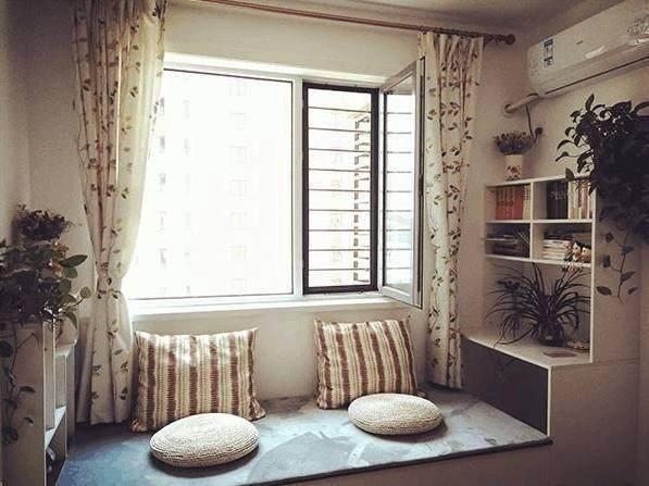 这个是客厅阳台上的榻榻米床柜一体,两头都是书桌,还靠着窗户,采光也