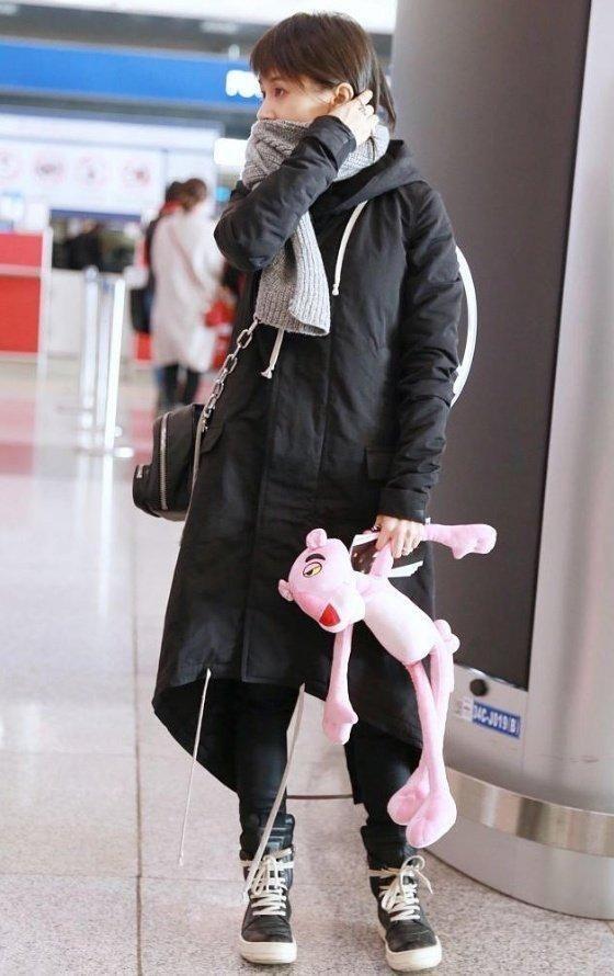30岁王子文现身机场,素颜和化妆后差太远!网友:丑的不
