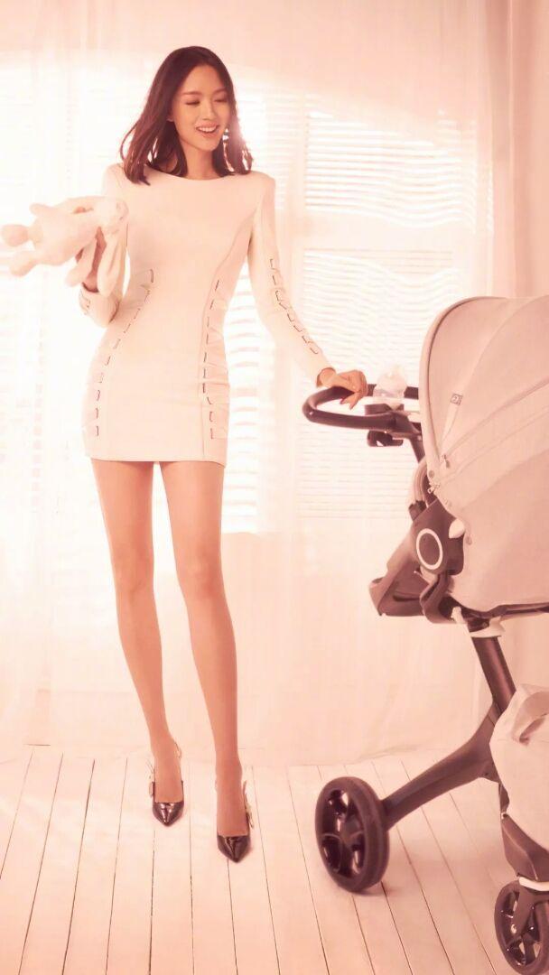 张梓琳拍写真温婉动人 薄唇细腿女人味十足