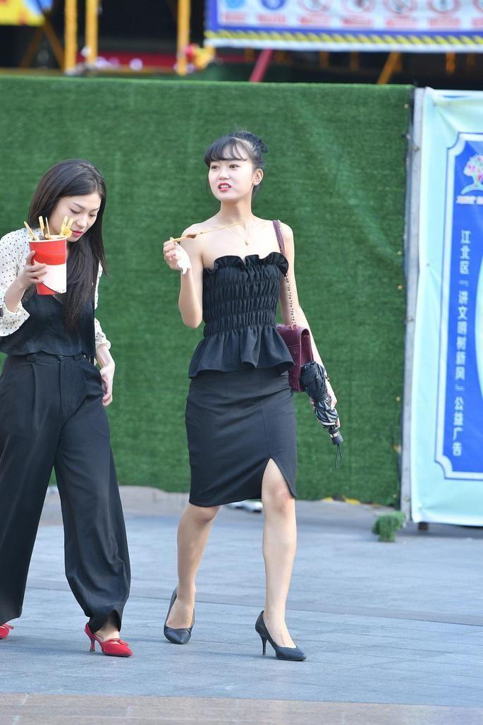 街拍吃货:漂亮可爱的姑娘,吃起东西来丝毫不客气!