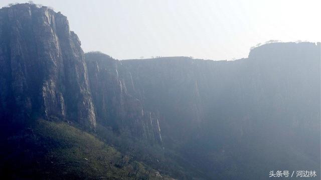 红石崖风景区位于河南遂平县嵖岈山乡西部,南临省级风景名胜区╠╠嵖