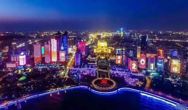 五四广场,火车站,小青岛,栈桥……每一个地方都是欣赏夜景的绝佳宝地.