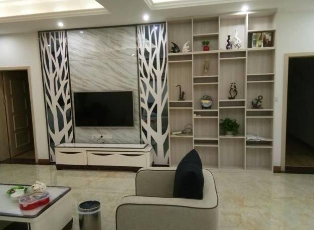 电视墙装修,电视墙设计的简洁大方,旁边的展示柜倒是很亮眼,可以放图片