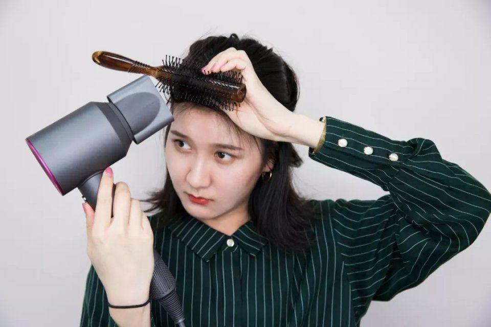 v发型丨三款发型a发型夏日,自己就轻松吹洗头出来当天烫发会对头发有伤害吗图片