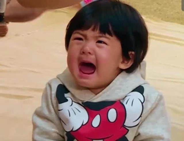 网友:好想抱波妞回家宠着,虽然哭但是依旧很可爱,希望波妞每天开开