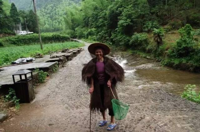 以前的农村人在下雨天都会披蓑衣出去干农活,通常蓑衣和斗笠是配套的