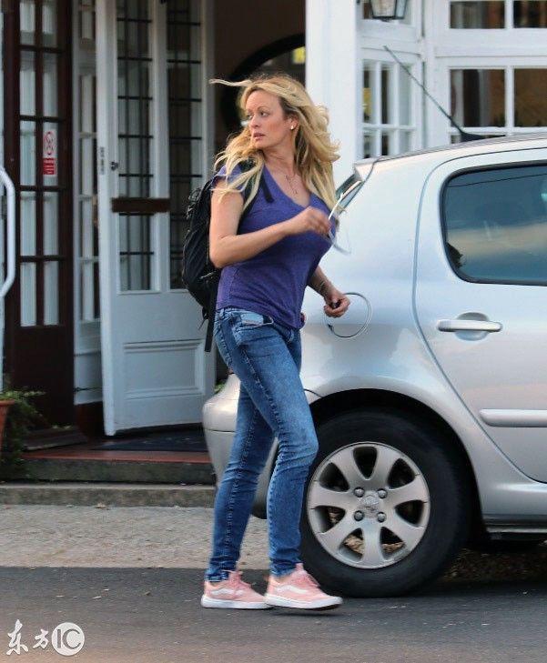 39岁美国女演员斯托米丹尼尔斯素颜上街,身材不减当年