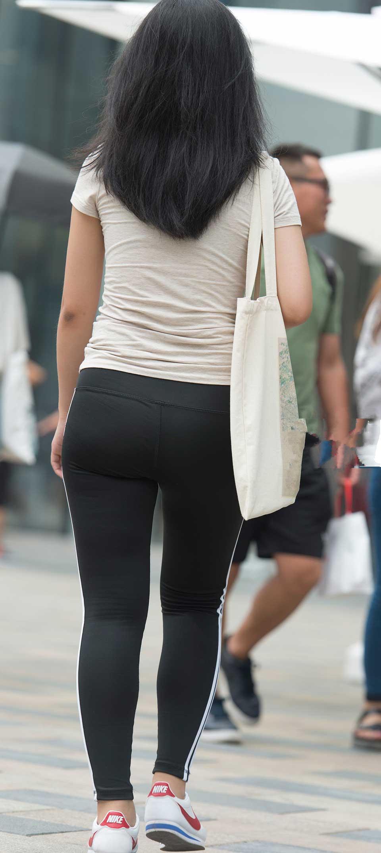 街拍紧身裤美女,炎热的夏天,美女们要穿紧身裤才显美