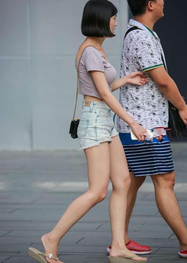 街拍美女:丰盈女神极致,短裤洁白大长腿,颜值满来凤网美女图片