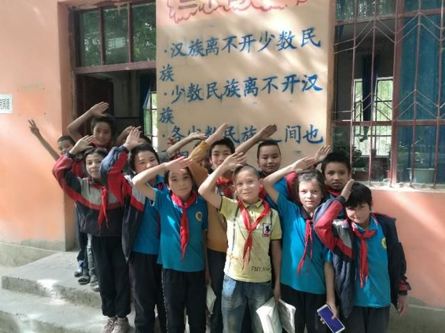 照亮叶尔羌河畔的图片:莎车县墩巴格乡中学迎小学生画田园风光的梦想图片