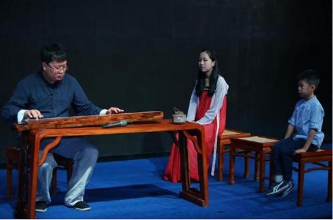 当青年古琴演奏家王耕与他的学生小琴人们的互动表演,让我们看到古琴图片