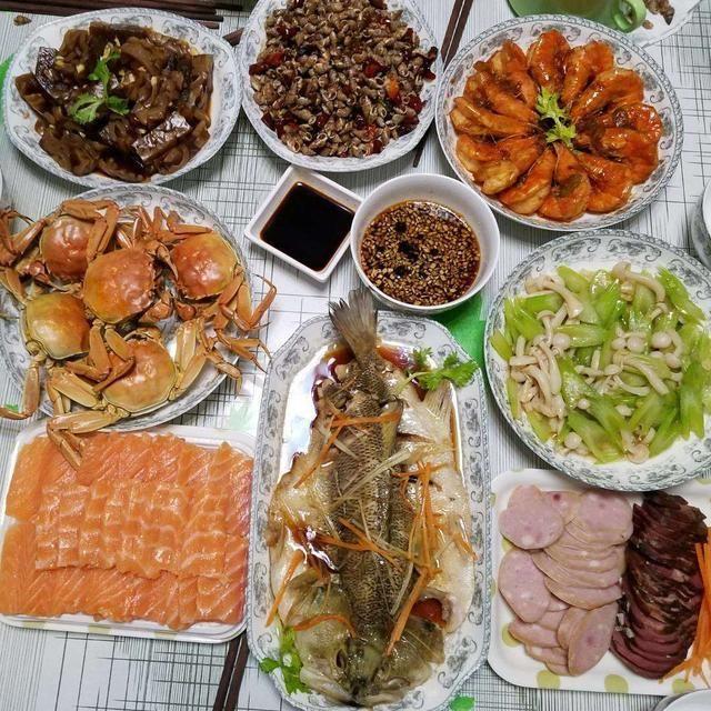 北京家庭春节的年夜饭团圆饭,龙虾螃蟹大肘子,你们那边都吃啥?
