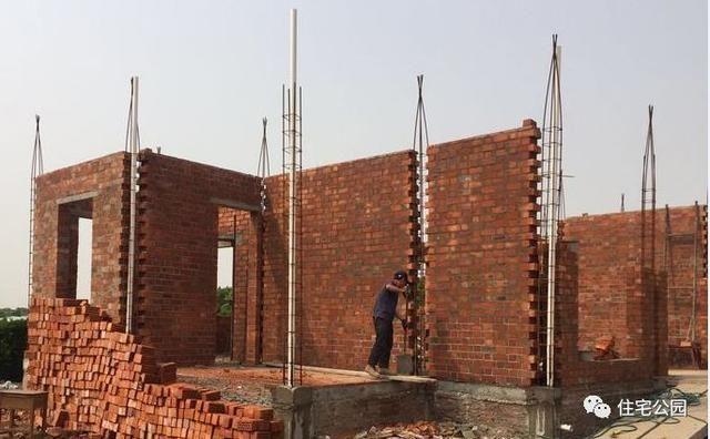 上图为砖混结构,中间设构造柱(构造柱是指为了增强建筑物的整体性和