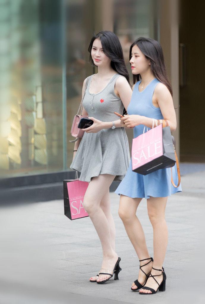 重庆街拍,穿上甜美的裙子,轻盈飘逸灵动感