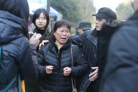 朱小贞面相_2017年12月21日上午,浙江杭州中院,庭审中止后,受害人朱小贞父母的