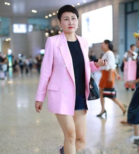 56岁张凯丽用力过猛,下衣失踪机场凹造型,谁家奶奶敢这么穿