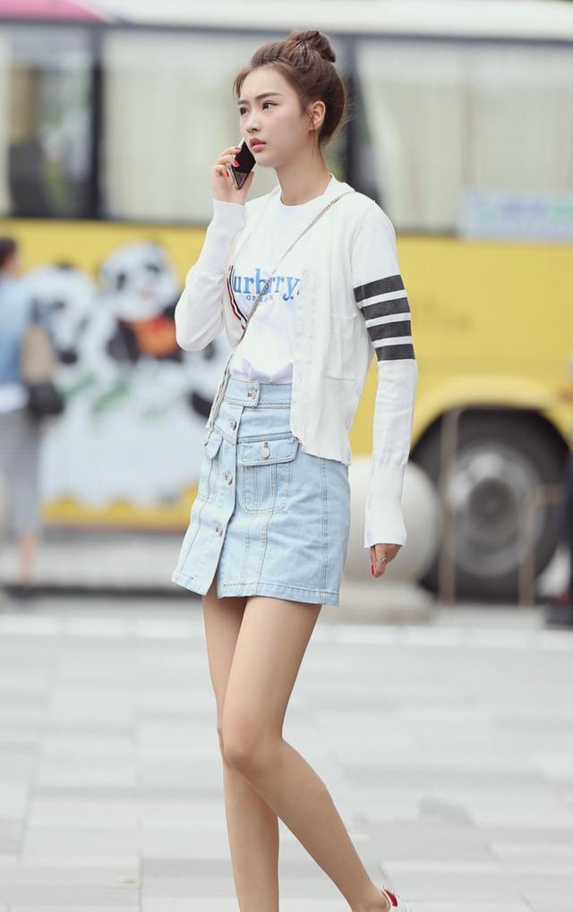 时尚街拍美女:舒适的浅色系搭配~清爽的丸子头和夏天很配哦