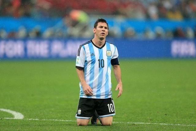 梅西承担不起球王的称号,阿根廷的足球上帝只有一个图片