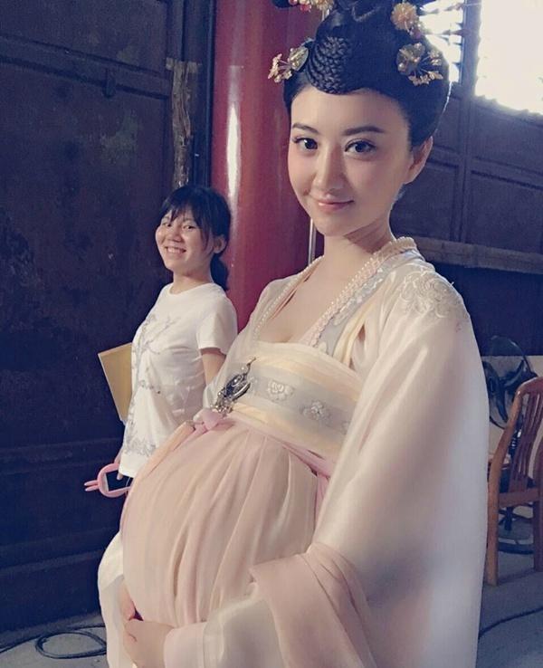 景甜孕妇剧照曝光,怀孕的景甜还是这么美,休息时翘二郎腿吃相差