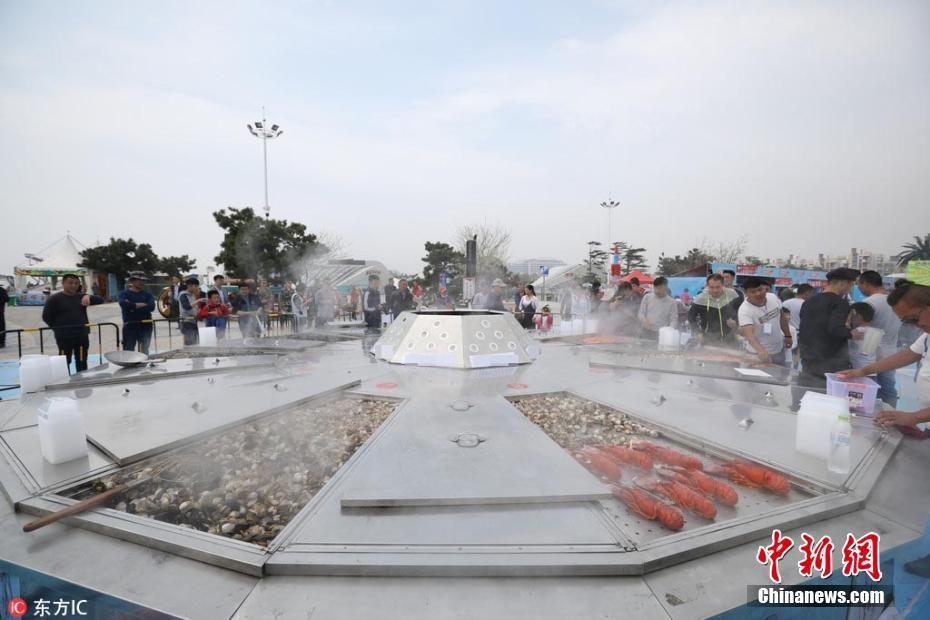 海鲜大锅助阵海洋美食节 一次可烹饪2.5吨海鲜