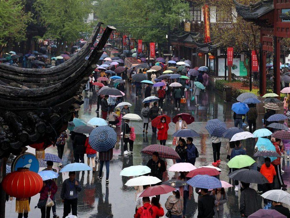 南京,大批游客冒雨前来夫子庙景区参观游玩,感受明清科举文化