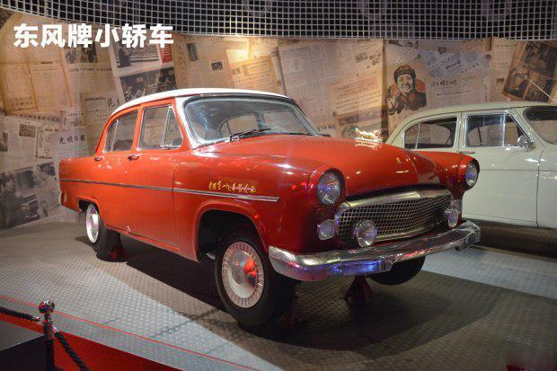 首批12辆解放牌汽车缓缓驶下装配线也结束了中国不能批量制造汽车的历