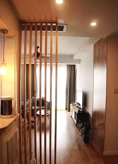 餐廳和客廳用木條隔斷,用料省,效果好.