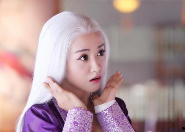 杨蓉古灵精怪的鬼脸表情搭配违和造型,喜感呆萌甚是可爱,应该是白发萌