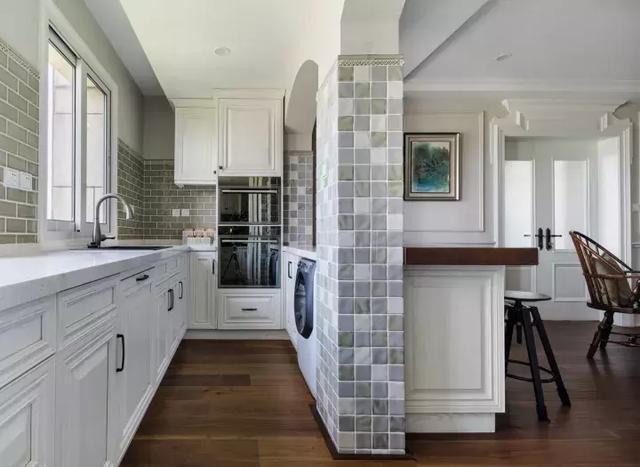 厨房与西式餐厅是半开放式的v厨房,设置处不仅有收纳柜,还隔断了洗衣机20平方米屋内设计图图片