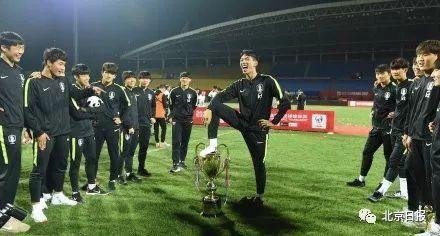 韩国球员公然侮辱中国奖杯 韩国队向中国队道歉公开道歉!