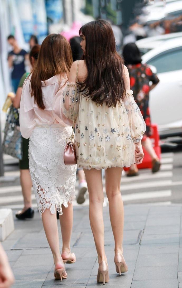 路人街拍, 偶遇穿蓬蓬裙的时尚靓丽姐妹花, 两双迷人大长腿