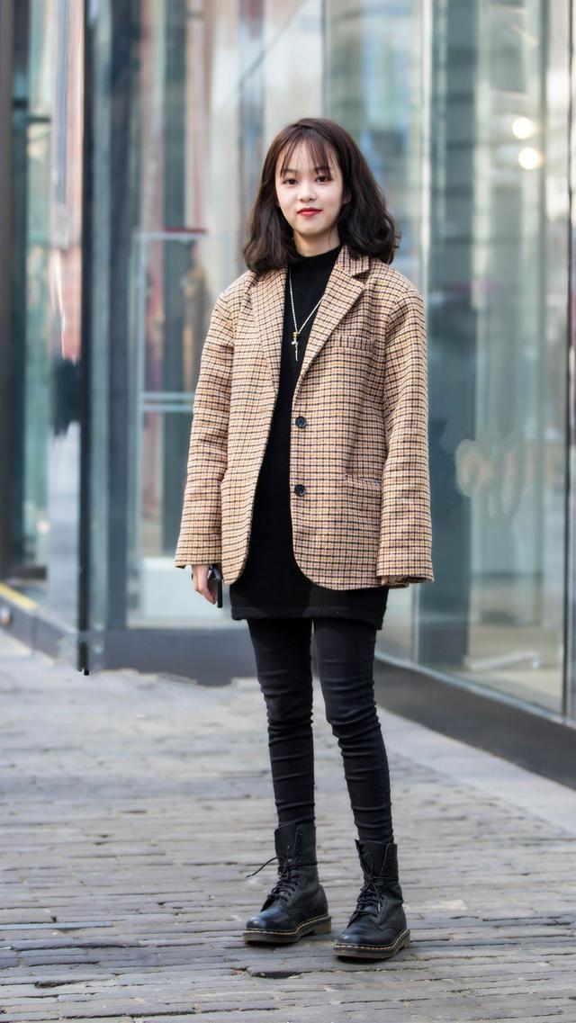 时尚街拍:2018时髦穿搭,发现最近大热的格纹西装更适合小个女生,搭配