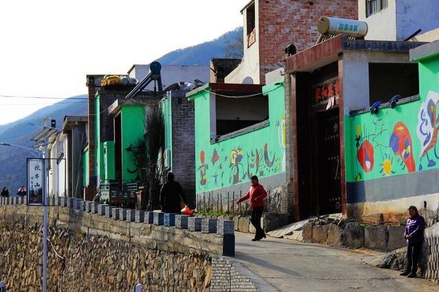 嵩县,手绘小镇,瓦片,瓦罐,料礓石头也上了墙!